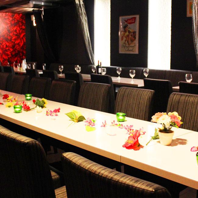 黒を基調にしたシックな雰囲気のテーブル席