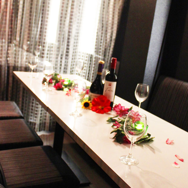 カーテンで区切れば半個室のプライベートなテーブル席に。